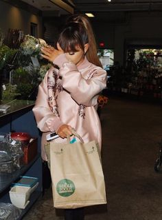 Ariana Grande // shopping at Whole Foods market