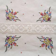 #embroidery #wool#vintage #antique #quilt #handcraft #프랑스자수 #자수타그램 #엔틱자수 #평택자수 #분당수업 #동탄수업 #게으른울실  꽃부케러너 잔꽃을 일일이하는라.. 90cm×33cm 20수 린넨