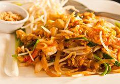 Pad Thai – Vi elsker at lave thai mad hjemme hos os - det er på menuen mindst en gang om ugen. Nogle gange får vi nok af stærk og krydret mad og så er Pad Thai en af de retter vi rigtig tit vælger at lave. Den er nem, hurtig og smager rigtig lækkert. Retten er oplagt at tage med hvis du har mod på at lave 2, 3 eller flere retter en aften du får gæster. Antal... #æg #bønnespirer #fiskesovs