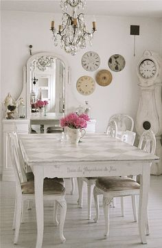 Sweet shabby style dining room..