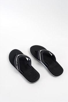 Ανδρικές παντόφλες της εταιρείας Pepe Jeans. Διαθέτουν αντιολισθητική σόλα για να προσφέρουν άνετο και σταθερό περπάτημα. Pool Slides, Flip Flops, Sandals, Shoes, Fashion, Moda, Shoes Sandals, Zapatos, Shoes Outlet