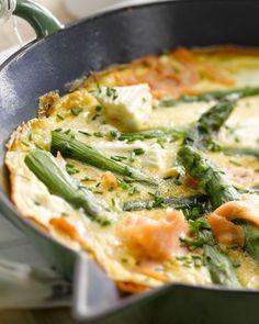 Een heerlijke omelet, met gerookte zalm, groene asperges en feta. Ideaal voor bij een brunch of een lichte lunch. Snel klaar en gemakkelijk om te maken!