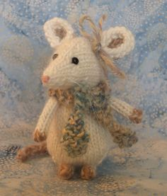 "Little mouse :). ""This is from Knitty Fun"" worth looking up! Knitting Projects, Knitting Patterns, Crochet Patterns, Knitted Teddy Bear, Crochet Mouse, Baby Hats Knitting, Knitted Animals, Knitted Dolls, Hobbies And Crafts"