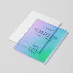 Imprimerie du marais : un film dichroïque déposé sur une plaque de plexiglass transparent fait resplendir des couleurs dignes d'un arc-en-ciel. Suivant l'angle et la lumière, du bleu et du rose, du jaune et du vert se dévoilent subtilement.: