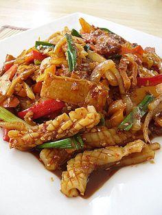 korean restaurant Little Corner of Mine: Korean Spicy Stir-Fried Squid (Ojingeo Bokkeum) Calamari Recipes, Squid Recipes, Fish Recipes, Seafood Recipes, Asian Recipes, Cooking Recipes, Healthy Recipes, Ethnic Recipes, Korean Fish Cake