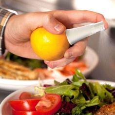 Den Zitronen Sprüher in die Fruchtbohren und den frischen, gesunden Saft direkt aufs Gericht oder in den Tee sprühen! Gesund, lecker und super einfach!