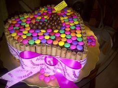 ¿Qué me dices de este modelo de torta para compartir en pareja ese día especial? Pirulin, Dandys y Pin Pon.