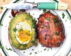 Bacon Avocado Bomb Recipe & Video – Make This Right Now! Like a deliciously edible Russian doll, we believe the World is a better place with smoked chilli honey glazed bacon avocado bombs in it. Bacon Avacado, Low Carb Avocado, Bacon Wrapped Avocado, Avacado And Eggs, Avocado Salad, Avocado Toast, Egg Recipes, Cooking Recipes, Healthy Recipes