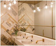 3 banheiros da Casa Cor SP 2016 | Banheiro feminino com  metais dourados, iluminação e mosaico em mármore ideias e soluções lindas para o banheiro