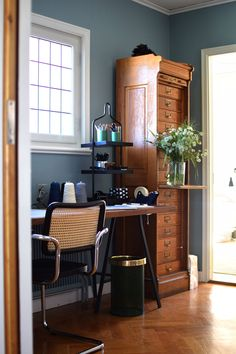 Hurra! Väggarna målade i mitt hemmakontor Decor, Table, Corner Desk, Bar, Desk, Furniture, Home Office, Home Decor, Room
