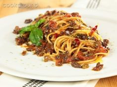 Spaghetti in salsa eoliana (vegan - pomodori 500 pomodori san marzano) Olives, Pasta Company, Italian Pasta Dishes, Sicilian Recipes, Linguine, Veggie Dishes, C'est Bon, My Favorite Food, Soul Food