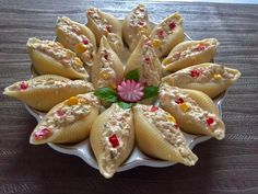 Sałatka z tuńczyka w muszlach makaronowych Tea Sandwiches, Big Meals, Food Design, Catering, Good Food, Food And Drink, Appetizers, Cooking Recipes, Snacks