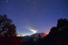 写真で見る世界のニュース - 夜空に噴煙を吹き上げる御嶽山