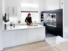 Black and white kitchen Minimal Kitchen, Modern Kitchen Design, Interior Design Kitchen, New Kitchen, Kitchen Decor, Black Kitchens, Luxury Kitchens, Home Kitchens, Kitchen Black