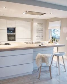 Over forty modern kitchen design ideas. The home kitchen needs to be modern, spacious and welcoming. Learn the secrets of these modern kitchen design ideas. White Kitchen Cabinets, Kitchen Cabinet Design, Interior Design Kitchen, Kitchen White, Bar Interior, Glass Cabinets, Bohemian Interior, Country Kitchen, New Kitchen