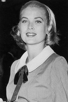 Grace Kelly ~ When she left Hollywood, several roles she was slated to play were eventually filled by Lauren Bacall, Designing Woman and The Cobweb Director George Stevens also wanted her for Giant (IMDB) Grace Kelly Mode, Grace Kelly Style, Old Hollywood Glamour, Classic Hollywood, Princesa Grace Kelly, Patricia Kelly, Lauren Bacall, Princess Caroline, Hollywood Actresses