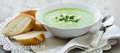 Met een paar ingrediënten maak je deze romige maar gezonde courgettesoep met…