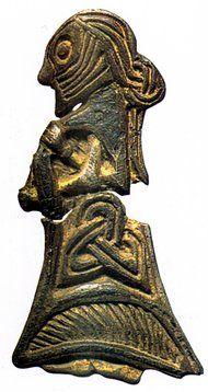 Lille sølvfigur fra Tissø af en kvinde med fine detaljer af dragten og frisuren. Foto: Nationalmuseet, København.