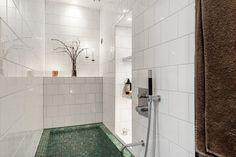 Förverkligade mina badrumsdrömmar och gjorde om litet badrum till lyxigt spabad med platsbyggt badkar i Mosaic från Mosaic Sweden. Vitt 15x15 satt i halvförband eller förskjutet förband. Armatur från Tapwell. Belysning med spottar från Flos och fiberoptisk stjärnhimmel. Golv i Gotländsk kalksten Norrvange. Völundsgatan 7. @badrumsdrommar