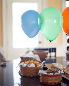 Selecionei ideias legais para decoração de mesas de festa. Festa simples, festa para comemorar a vida e seus bons momentos. Festa para chamar os amigos e aproveitar os momentos felizes. De detalhes feitos com amor. Aproveite,  se inspire,crie a sua mesa e comemore! Seja o que for!