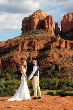 Classic Sedona Wedding Pose at Cathedral Rock. #sedonaweddingvenues #sedonadestinationweddings