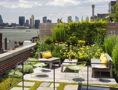 A roof terrace garden is generally used as an additional in urban environment. Roof terrace gardens in the sense of rooftop gardens can be ornamental or functional. Rooftop Terrace, Terrace Garden, Rooftop Gardens, Lush Garden, Balcony Gardening, Green Terrace, Rooftop Party, Terrace Ideas, Rooftop Lounge