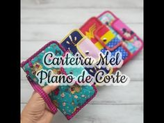 PLANO DE CORTE CARTEIRA MEL - YouTube Backpack Pattern, Wallet Pattern, Sewing Tutorials, Sewing Projects, Chevron Purse, Drink Sleeves, Coin Purse, Backpacks, Purses