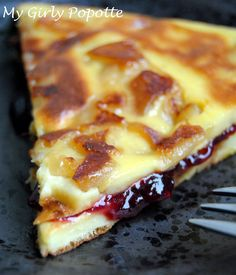 Pancake cake with apples and red fruit jam Crepe Recipes, Brunch Recipes, French Desserts, Easy Desserts, Pancake Cake, Pancakes, Mousse Au Chocolat Torte, Cake Factory, Fruit Jam