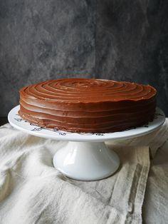 Det är bra när man har besök som äter glutenfritt. Då tvingas man utmana sig själv att tänka till och baka gott utan gluten. Den här tårtan påminner lite om den daimtårta från...