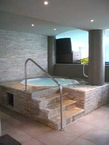 Deco jacuzzi interieur recherche google jacuzzi for Salon amenagement interieur