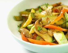 12 Low Calorie Meals That Don't Suck: Chicken & Veggie Stir-Fry - 380 calories Low Calorie Recipes, Healthy Dinner Recipes, Whole Food Recipes, Diet Recipes, Delicious Recipes, Vegetarian Stir Fry, Veggie Stir Fry, Caponata, Bland Diet