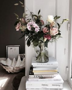 Image of flowers, books, and home - New Deko Sites Room Inspiration, Interior Inspiration, Home Modern, Flower Images, Interior Exterior, Plywood Furniture, Decoration, Flower Power, Home And Living