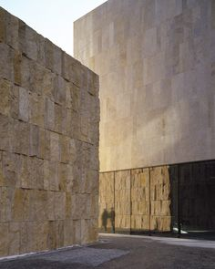 Image 1 of 15 from gallery of The Jewish Center in Munich / Wandel Hoefer Lorch + Hirsch. Photograph by Roland Halbe Sacred Architecture, Architecture Details, Modern Architecture, Stone Wall Design, Feature Wall Design, Concrete Facade, Stone Facade, Munich, Brick And Stone