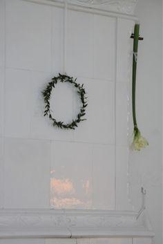 lingonkrans på kakelugn och hängande amaryllis