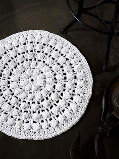 Virkattu kylpyhuoneen matto | Meillä kotona Diy Crochet, Knitting Projects, Popcorn, Crochet Patterns, Carpet, Diy Projects, Embroidery, Rugs, Sewing