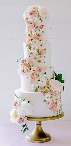 Possibly The Prettiest Wedding Cakes Ever Wedding cakes are an iconic part of a big-day reception. There's nothing like a beautiful wedding cake, that looks almost too pretty to cut into. Wedding Cake Pearls, 3 Tier Wedding Cakes, Pretty Wedding Cakes, Black Wedding Cakes, Wedding Cake Photos, Unique Wedding Cakes, Wedding Cakes With Flowers, Wedding Cake Designs, Pretty Cakes