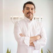 Roberto Ruiz Tras consolidar Punto MX como referencia imprescindible de la cocina mexicana contemporánea en Madrid, ofrece ahora una visión más informal de su trabajo en Salón Cascabel, en el Gourmet Experience del Corte Inglés: La antojería mexicana del futuro, un rincón del D.F. en la capital de España #MF16