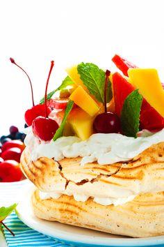 Pavlova - a delicate New Zealand dessert with meringue, whipped cream and fruit Aline Paleo Recipes Easy, Best Dessert Recipes, Fruit Recipes, Sweet Recipes, Delicious Desserts, Yummy Food, Dinner Recipes, Pavlova, Ratatouille