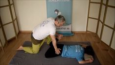 Hyperstressing of the knee. Thai Yoga Massage, Massage Tips, Spa Massage, Massage Therapy, Technique Massage, Massage Techniques, Gym Workout Videos, Hip Workout, Yoga Anatomy