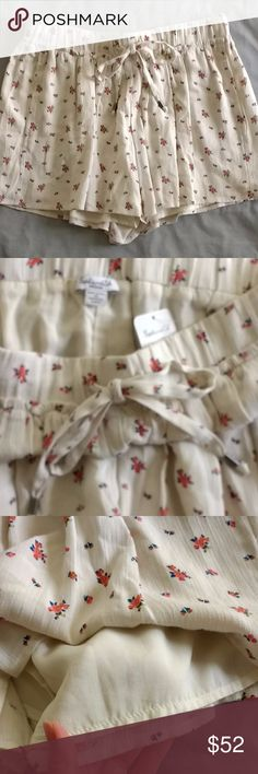 NWT Splendid ditsy floral shorts -Small floral printed flowy shorts in an off-white color -Fully lined with 2 on-seam front pockets -Elastic waistband for easy pull-on with a drawstring tie -Metal detail at ends of the drawstring tie -Subtle ruffle along the elastic waistband -Supersoft fabric that Splendid is known for, makes for a comfy fit -New with tags, never worn! -pet-free, smoke-free home Splendid Shorts