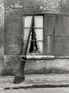 """""""Femme derrière les rideaux"""" Le Havre André Kertesz 1948"""
