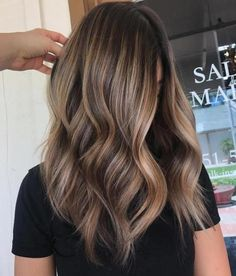 Here's Every Last Bit of Balayage Blonde Hair Color Inspiration You Need. balayage is a freehand painting technique, usually focusing on the top layer of hair, resulting in a more natural and dimensional approach to highlighting. Brown Ombre Hair, Brown Blonde Hair, Ombre Hair Color, Hair Color Balayage, Cool Hair Color, Hair Highlights, Auburn Balayage, Natural Highlights, Beige Blonde