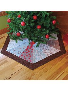 Sewing pattern for Christmas tree skirt - This tree skirt is a quick and easy project for either modern or traditional fabrics. Instructions are included for 3 sizes: the small is great for a 3'–4' kid's Christmas tree, the medium is perfect for a 5'–7' slim-line Christmas tree and the large... (aff link)