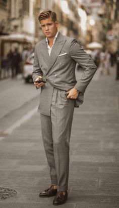 Easy yet sophisticated tips for you to make the best of all your suits. Mens Fashion Suits, Mens Suits, Men's Fashion, Double Breasted Pinstripe Suit, Street Style Suit, Herren Style, Smart Outfit, Best Wear, Dress With Sneakers