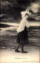 Postcard Sablaise en ballade, Junge Französin in Tracht