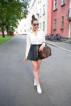 Summer outfit - Leather skirt, white collar shirt, sneakers and Louis Vuitton // Saraphina.fi