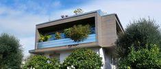 Les constructeurs de maisons bioclimatiques ont mis en place un projet de développement durable dans la ville de Nice, Alpes-Maritimes (06). Les fenêtres panoramiques de la maison font face à 3 points cardinaux, dont les fenêtres donnant sur la mer. De plus, il y a une sortie sur le toit où vous pourrez admirer la beauté de Nice. Nice Ville, Outdoor Decor, Home Decor, Cardinal Directions, Green Building, Sustainable Development, Decoration Home, Room Decor, Home Interior Design