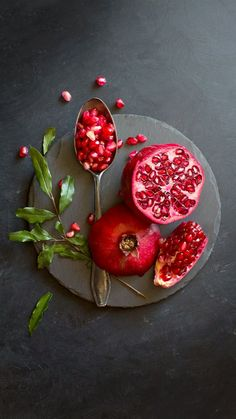 # Heather benefits of pomegranates are loaded with important nutrients … - Obst Red Fruit, Fruit Art, Fruit And Veg, Food Design, Healthy Day Routine, Pomegranate Art, Dark Food Photography, Grenade, Summer Fruit