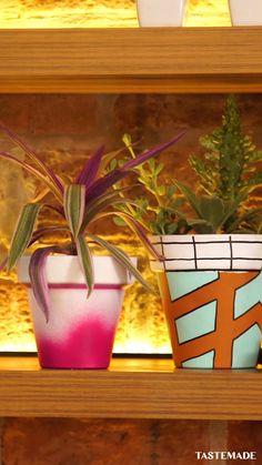 3 DIYs Using Terracotta Pots Three creative things to do with a terracotta pot. Paint Garden Pots, Painted Plant Pots, Painted Flower Pots, Painting Terracotta Pots, Diy Crafts Hacks, Diy Home Crafts, Garden Crafts, Flower Pot Art, Flower Pot Design
