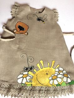 Natural baby tunic with painted Bumbble Bee, Flowers and Bear - Girls Lace Dress, Little Girl Dresses, Baby Dress, Dress Painting, Fabric Painting, Kids Shoes Near Me, Painted Clothes, Vintage Girls, Sewing For Kids